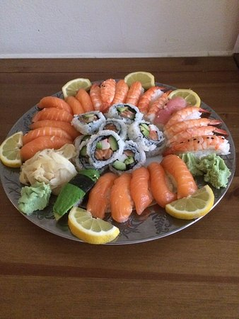 Arigato Sushi Wok: Har ätit sushi här många ggr, väldigt fräscht o gott. Idag tog jag för avhämtning. Ska bjuda ngr