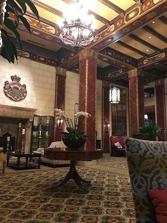 Serrano Hotel: Beautifully decorated lobby