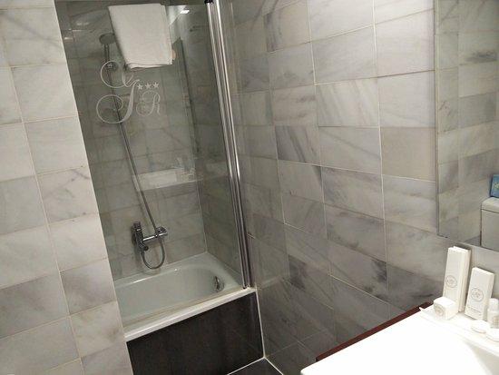 BCN Urban Hotels Gran Ronda: The depressing bath, hidden behind a wall.