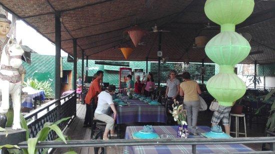 Green Elephant: Вывеска и зал ресторпна