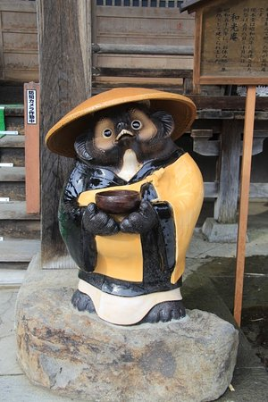 Takayakushi Wakoan: お堂前の狸像