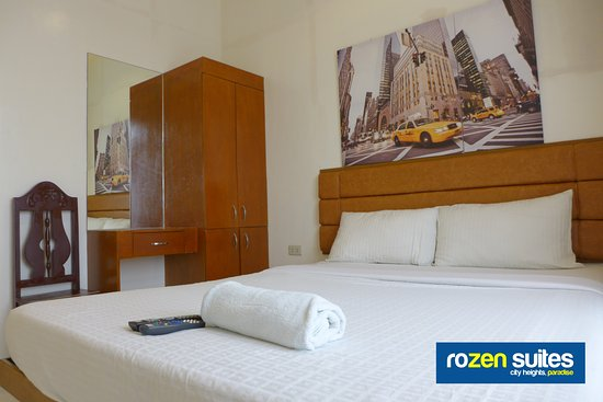 Rozen Suites Paradise: Queen-size Single Bed Guest Room with large balcony-window