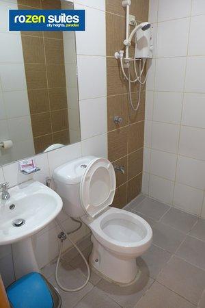 Rozen Suites Paradise: The bathrooms of Rozen Suites
