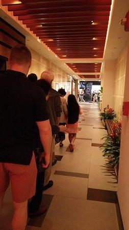 SKY Waikiki: エレベーターまでの廊下