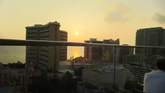 SKY Waikiki: シェラトンとハレクラニの間に沈む夕日