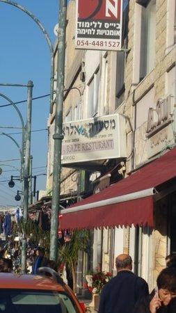 A. Raze: אלעד עדן - תמונה של המסעדה במבט מהרחוב (הצלם: אלעד עדן)