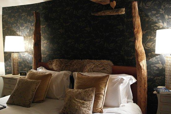 A Corner of Eden: Richard made this bed, sooooooo comfy.