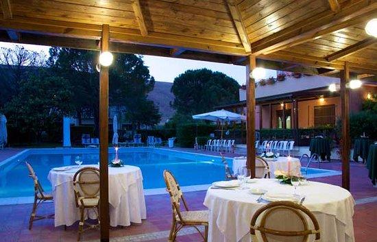 San Lorenzo in Campo, Italy: Cena a bordo piscina