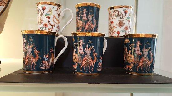 Schloss Johannisburg mit Schlossanlagen: The mugs with art work.