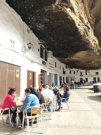 Bar-Restaurante La Escueva: You sit right underneath a rock ceiling