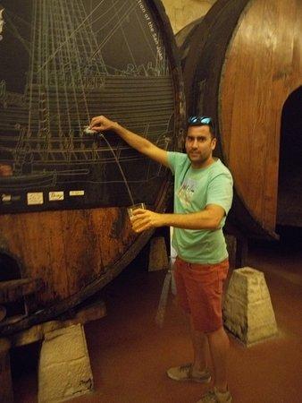 Petritegi Sagardotegia: sirviendo sidra