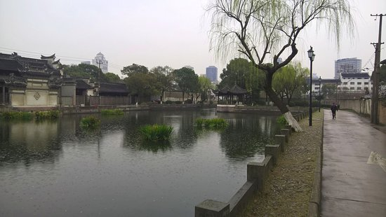 Ningbo Mosque: Lake in front of masjid alley
