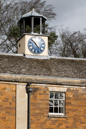 Rushton, UK: Clock over Spa building