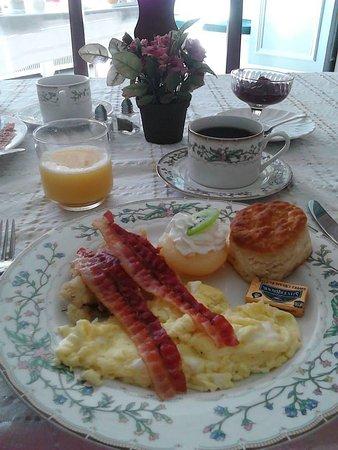 Idlwilde Inn: Our beautiful breakfast was a perfect 10! So scrumptious!! :)