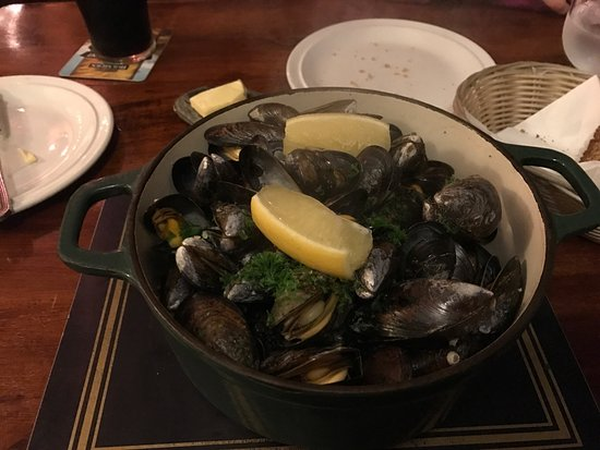 Carrigaholt, Ireland: A fantastic place to excellent fresh fish and a cracking pint of Guinness the staff are so frien