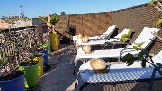 Riad Al Badia: Une petite terrasse bien sympathique pour prendre le soleil.