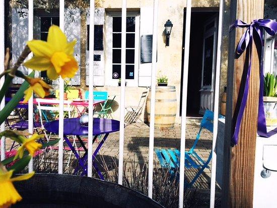 Margaux, France: terasse au soleil pour dejeuner tranquille