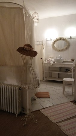 Sainte-Sabine-Born, France: lavabo, wc derrière paravent