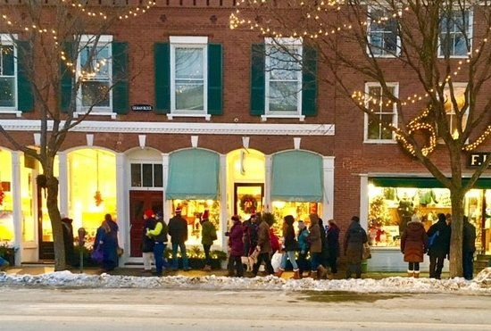 Woodstock, VT: Shoppers in front of Clover Gift Shop during Wassail Weekend