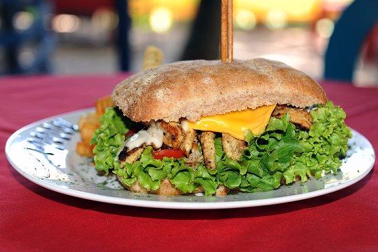 La Frontera: Hard Rock pollo Sandwich con pan integral de linaza