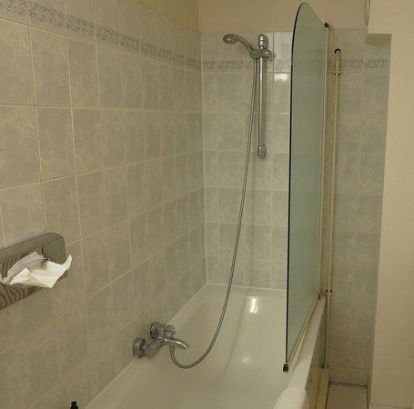 New Hotel Opera: Half shower door