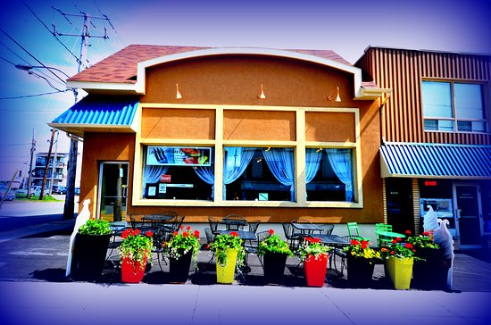 Shawinigan, Canada: terrace and front facade of the restaurant