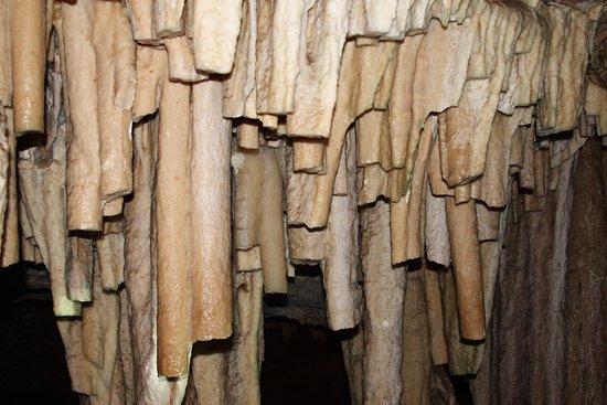 Rei Do Mato Cave: Estruturas danificadas por turistas