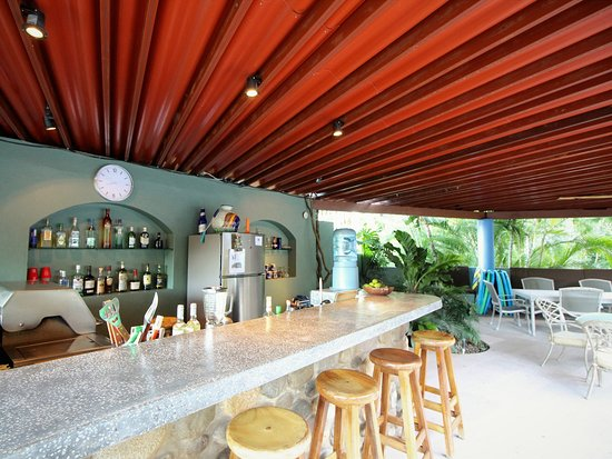Hacienda de la Costa: poolside wetbar with BBQ