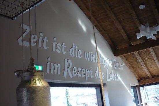 Schöne Wand Dekoration vor den Toiletten. - Bild von Brot ...