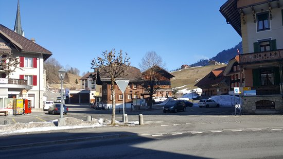 Fluehli, Suisse : small minimart beside the hotel, serves food and coffee, and also a post office just beside