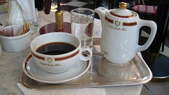 das k nnchen kaffee nat rlich auf einem silbertablett mit einem glas 39 l leitungswasser bild von. Black Bedroom Furniture Sets. Home Design Ideas