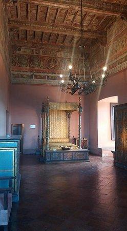 Camera da letto arredata con mobili originali - Foto di Castello ...
