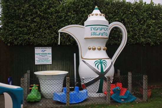 Yalding, UK : Giant teapot