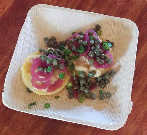 Murphys, Калифорния: polenta and garlic hummas with capers and pickled onions