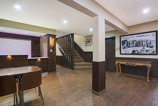 Marshall, MN: Hotel Lobby