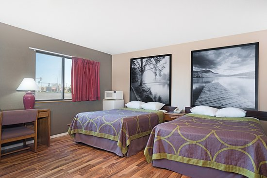Marshall, MN: 3 Bed Family Room