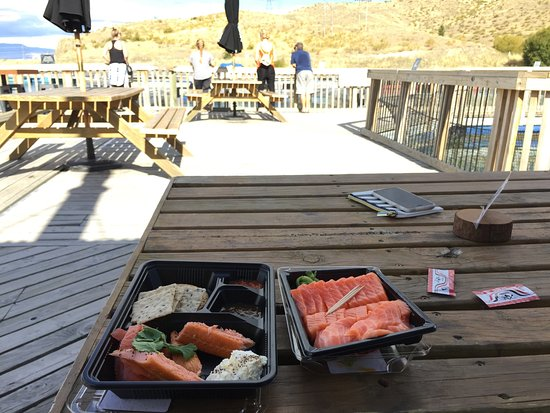 Twizel, Neuseeland: outdoor seat beside the salmon farm