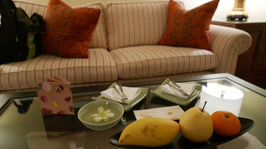 ذا بينينسولا بانجكوك: welcome friuts and room sofa