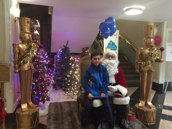 Chelsea Hotel, Toronto: Santa in the Front Lobby