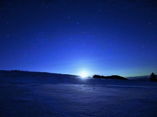 Nagawa-machi, Japan: 雪原に上る月もバッチリ!