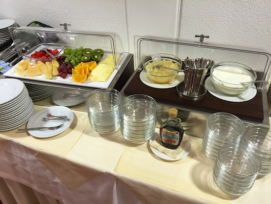 Das Spenerhaus: フルーツは種類多め。ヨーグルトももちろんありました。