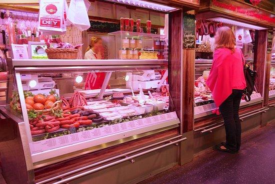 Kleinmarkthalle : お肉屋さんには美味しそうなソーセージが。持って帰ることが出来ないのが残念です。