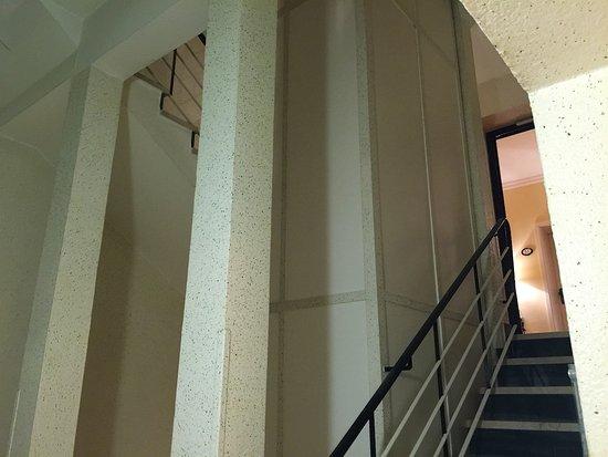 Hotel Villa Florentina: エレベータが止まらない中間階でした。正面がエレベータ。