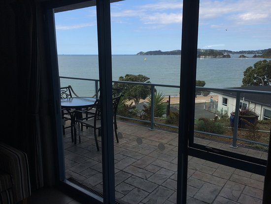 Blue Pacific Apartments Paihia: The balcony/verandah as seen from inside room 4.