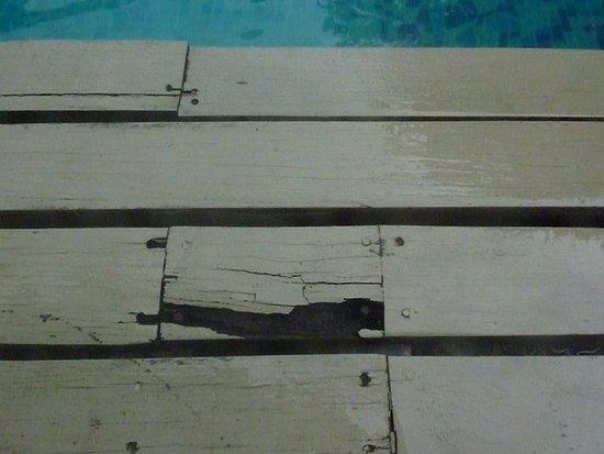 Siam Beach Resort: Morscher Holzboden bei der Poolvilla