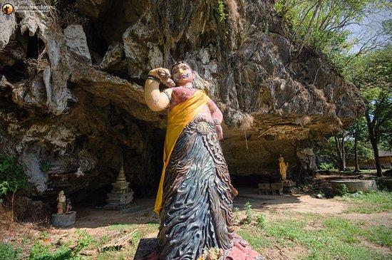 Phanom, Thái Lan: รูปปั้นนางพันธุรัตน์ เล่ากันว่าพระสังข์ได้มาซ่อนตัวในถ้ำแห่งนี้ และนางยักษืได้มาสิ้นใจตายลงบริเว