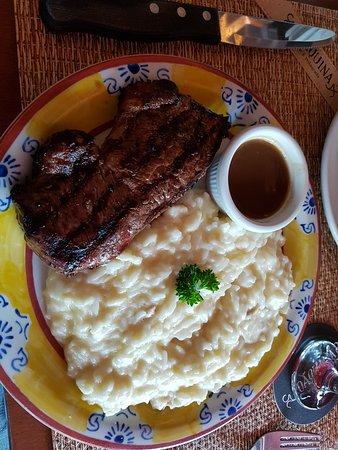 Joaquina: Bife de chorizo, com arroz à piamontese e molho madeira.