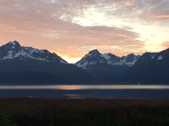 Alaska Paddle Inn: morning view from front deck
