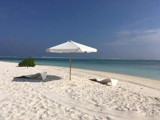 Happy Life Maldives Lodge: Spiaggia all'estremità dell'isola vicino al campo da calcio