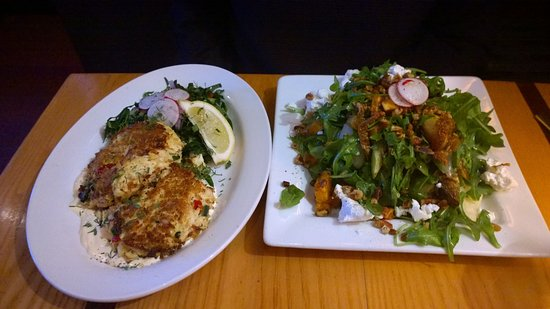 Greenfield, MA: Crab cakes and arugula salad